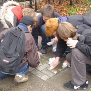 Schüler reinigen Stolpersteine 2006
