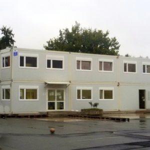 In diesem Containerbau befinden sich die Unterrichtsräume.